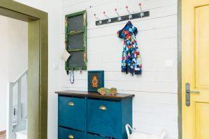 Starý okenní rám předělala domácí paní na tabulku na odkazy aobyčejný botník získal nátěrem anovými úchytkami venkovský nádech. FOTO VENTURA PICTURES