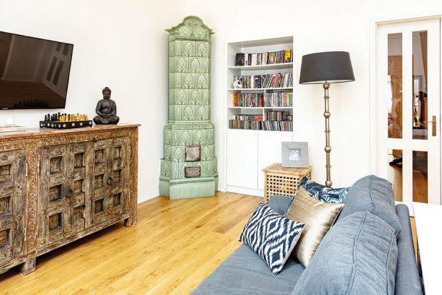 Obývacímu pokoji spojenému skuchyní dominují krásná kachlová kamna. FOTO JH STUDIO