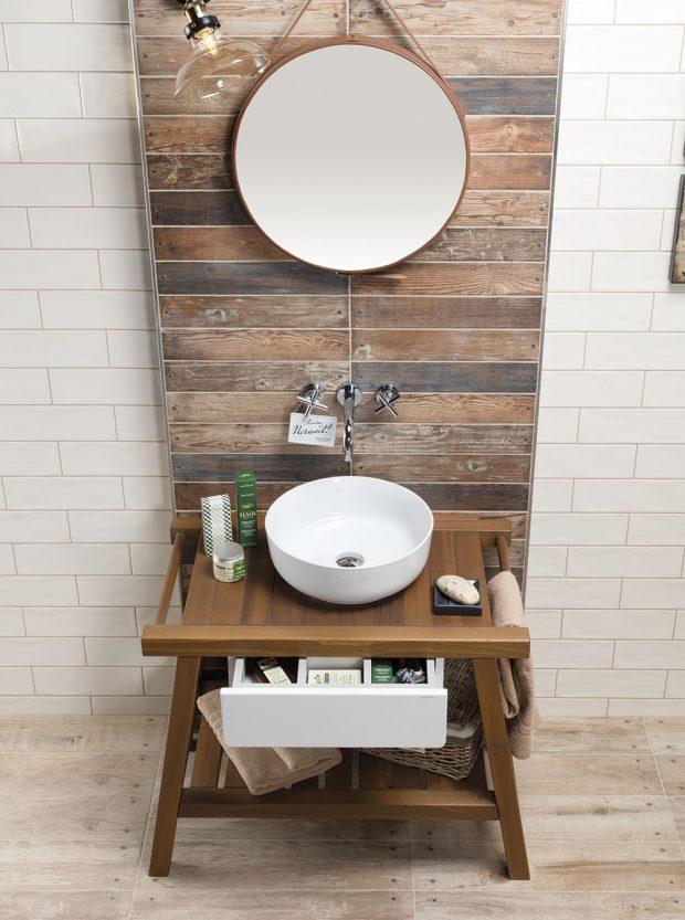 Elegantní nábytek do koupelny pro umyvadla na desku Solid je vyroben zmasivního dřeva cedru. Vkombinaci sbílým lesklým lakem je výsledek dokonalý. Nábytek se doporučuje kombinovat sumyvadly na desku Slim Triomini. www.siko.cz