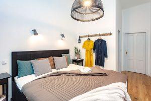 Věšák na zdi je praktickým azároveň dekorativním prvkem vložnici. FOTO JH STUDIO