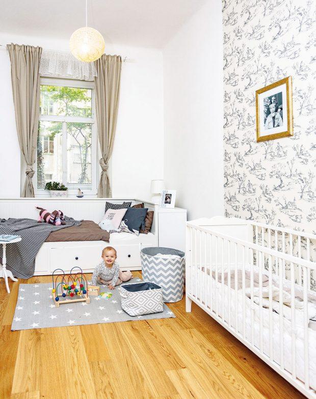 Dětský pokoj pro Josefínku je zařízen vjemných barvách aokno zněj vede do zeleného dvorku ve vnitrobloku. FOTO JH STUDIO