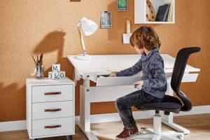Rostoucí stůl (Lifetime), masivní borovice, výška stolu se dá nastavit podle potřeb dítěte, 56/78 x 120/140 x 67, cena dle typu, www.designostudio.cz FOTO LIFETIME KIDSROOMS
