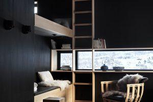 Kontrasty světel, materiálů a barev: Úzká horizontální i vertikální okna přerušují černé dřevěné obložení interiéru. FOTO Invit Arkitekter, Ålesund / Johan Holmquist