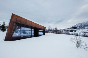 Tvar budovy navržený studiem Invit Arkitekter připomíná skály nedalekých hor. FOTO Invit Arkitekter, Ålesund / Johan Holmquist