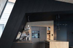 Interiér je obložen mořeným i přírodním dřevem. FOTO Invit Arkitekter, Ålesund / Johan Holmquist