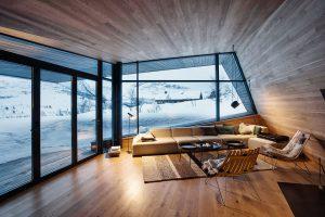 V obývacím pokoji je fasádní systém Schüco FW 50+.SI kombinován se shrnovacím posuvným dveřním systémem Schüco ASS 70 FD, což zajišťuje panoramatické výhledy a v teplých dnech přímý vstup na terasu. FOTO Invit Arkitekter, Ålesund / Johan Holmquist