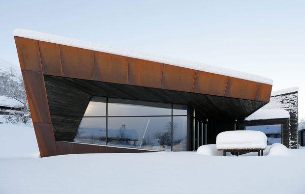 Rozsáhlá, úzkými profily rámovaná prosklená fasáda v kombinaci s rezavou patinou ocelových plechů Corten a smrkového obložení: To je rezidence Black Lodge v Ålesundu, Norsko. FOTO Invit Arkitekter, Ålesund / Johan Holmquist
