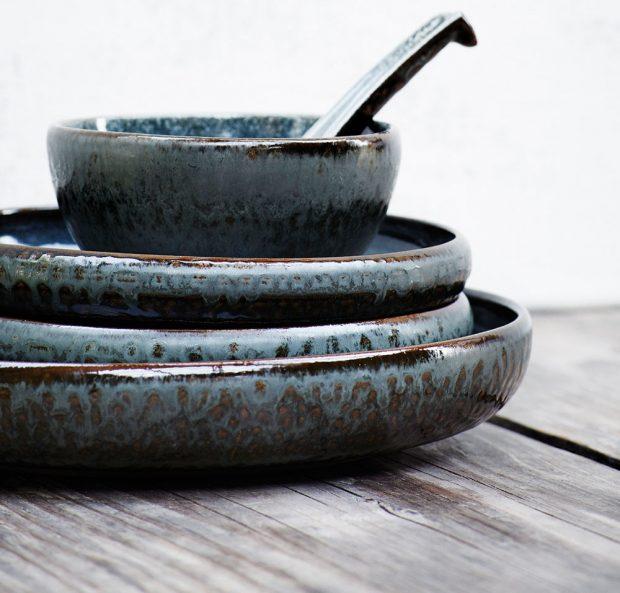 Talíř s vysokými okraji, kameninová keramika sžíhanou glazurou, vhodný do myčky, Ø 24,5 cm, v. 4 cm, 240 Kč, www.nordicday.cz