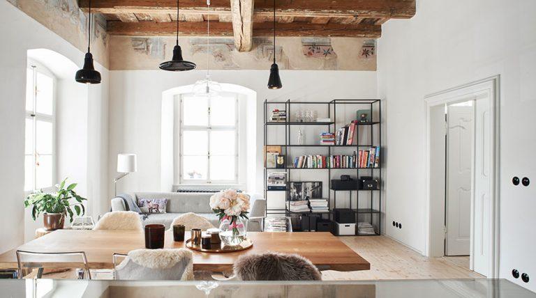 Bydlení pod historickým trámovým stropem a mezi freskami? V tomhle bytě ano!