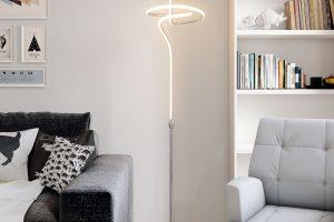 Flair Lavanda je LED stojací lampa neobvyklého tvaru, která bude ozdobou moderního interiéru. Kov aplast, barva světla teplá bílá. Cena 4990 Kč. www.hornbach.cz