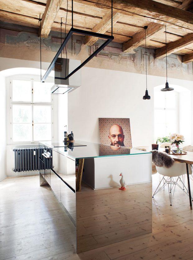 Odhalení historického stropu afresek výrazně změnilo původní návrh. Architekti chtěli dosáhnou maximálního kontrastu, který by ještě vyzdvihl výjimečnost originálních prvků, asáhli proto po surových materiálech aindustriálních svítidlech. FOTO ZDENĚK BUCHLÁK