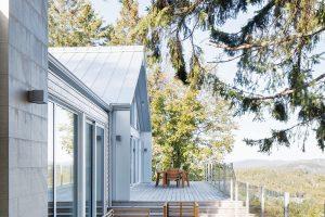 Sluneční terasa spřekrásným výhledem do okolí je jedním zohromných benefitů domu. FOTO ADRIEN WILLIAMS
