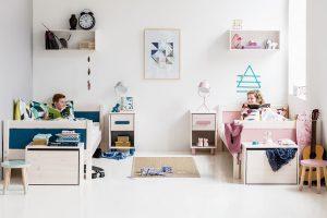Ne vždy se podaří, že má každé dítě vlastní pokoj. Pokud spolu jednu místnost sourozenci sdílejí, dbejte na to, aby měl každý dostatek soukromí aprostor na své věci. Dívenky ikluci mají trošku jiné barevné preference asamozřejmě ijiné potřeby. Vyjděte jim vstříc apokoj alespoň opticky rozdělte pomocí barev. www.kika.cz FOTO FLEXA