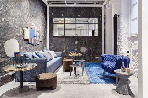 Loft se pyšní vysokými stropy, a proto nechte nadstandardní výšku vyniknout vmaximálně otevřeném prostoru. Krásné jsou velké prosklené plochy, surový beton, odkrytá cihla a přiznané potrubí. Jednoduché pohovky vtmavé látce nebo kvalitní kůži jsou tečkou za dokonalostí. FOTO GERVASONI