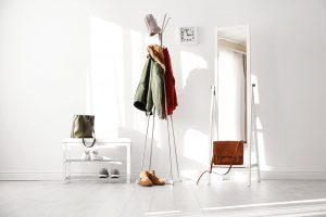 Vchodbě oceníte podlahu, která se snadno udržuje aje odolná vůči působení vody. Ekologická elastická podlaha vbílé barvě dokáže prostor navíc opticky zvětšit. foto shutterstock
