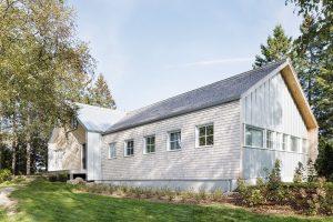 Vnější vzhled domu je inspirovaný pohledem do údolí. Ocelová střecha napodobuje věž vesnického kostela, šindelová pak tradiční hostince rozeseté po krajině. FOTO ADRIEN WILLIAMS