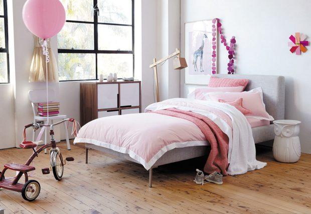 Vtomto dětském pokoji se uplatňuje růžová vkombinaci se šedou, bílou asvětlým dřevem. Ladění barev, které je typické pro romantický styl, pak osvěžují výrazné dekorace ajednoduché tvarosloví nábytku. Zromantiky se pak posouváme do příjemně rošťáckého ladění. www.bonami.cz