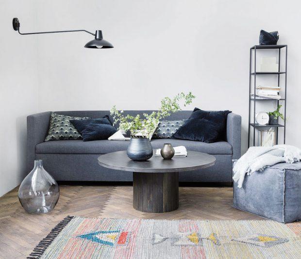 Pokud by na vás bylo nedokonalostí příliš a cítíte se lépe vuhlazeném prostředí, můžete dát industriálnímu stylu šanci prostřednictvím pár kousků zařízení. Nástěnná kovová lampa, otevřený regál nebo zajímavé vázy mohou vhodně doplnit měkkou šedou pohovku. Zšedi pak prostor vytáhne pastelový koberec. FOTO HOUSE DOCTOR