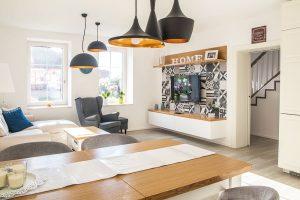 Moderní osvětlení v kuchyni propojené s obývacím pokojem je výrazným designovým prvkem. FOTO finalfin