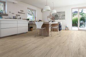 Odolné vinylové podlahy mají dnes strukturované povrchy adokonalé kresby imitující dřevěné povrchy, keramické dlažby, kamenné podlahy, ba dokonce ipodlahy ze štípaného kamene. Ideální jsou ido kuchyně.