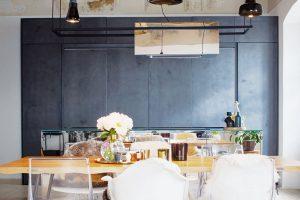 Kuchyňská sestava se dá celá uzavřít, takže působí kompaktně astále uklizeně, což je výhodou obzvláště votevřených prostorách, kde je kuchyně spojená sobývací částí. FOTO ZDENĚK BUCHLÁK
