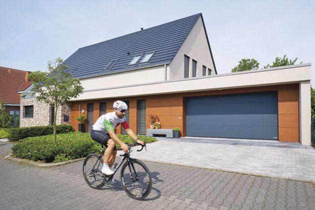 Energeticky úsporná sekční vrata LPU 67 Thermo poskytují díky lamelám otloušťce 67 mm spřerušeným tepelným mostem vynikající tepelnou izolaci. www.hormann.cz