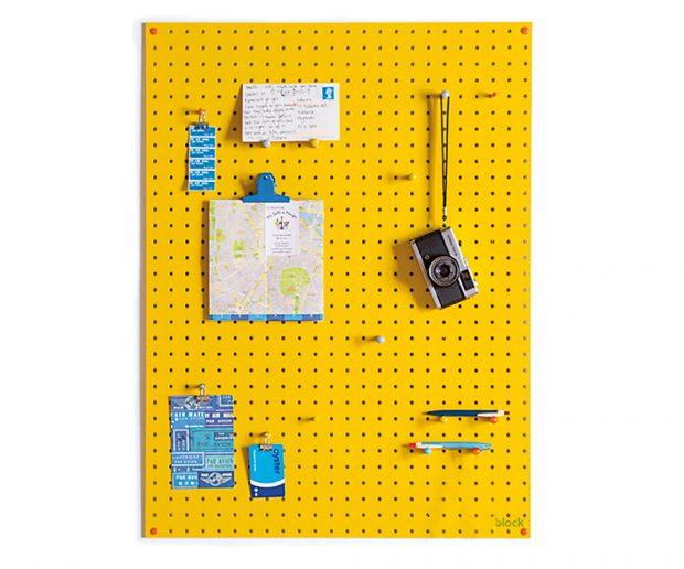 Dřevěný organizér na stěnu nabízí kreativní způsob, jak udržet pořádek na vašem domácím pracovišti. Dřevo, různá barevná provedení, 813 × 610 mm, 1 820 Kč, www.blockdesign.co.uk