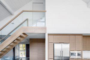 Dům má otevřený krov astrop je obložený bíle natřeným dřevem. FOTO ADRIEN WILLIAMS