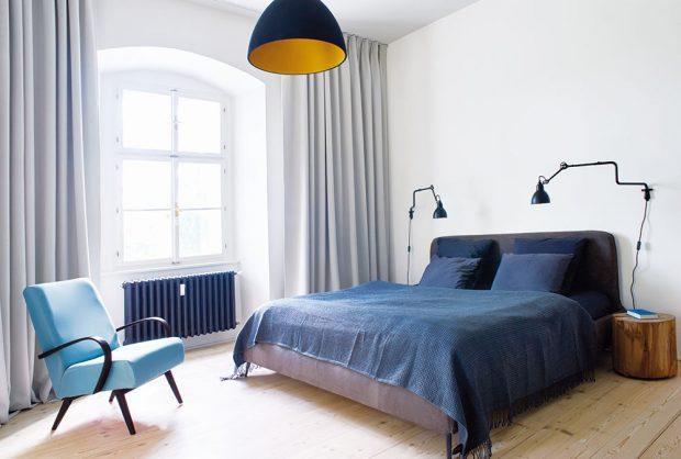 Majitelé byli úsporní vpořizování nábytku. Ložnice je stejně jako celý byt zařízena kvalitním nábytkem vjednoduchém designu. FOTO ZDENĚK BUCHLÁK