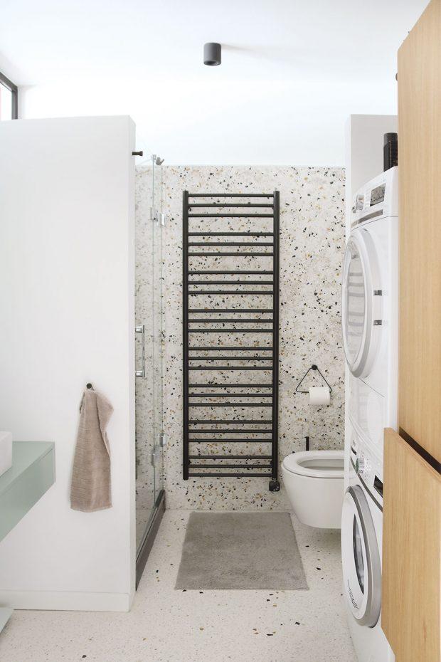 Koupelnu ve vstupní části bytu jednak zvětšily, jednak snížily na úroveň podlahy vhale. Původní koupelna byla totiž celá na nesmyslném stupínku. Vnové vyřešily odpad ze sprchového koutu pouze vrámci zvýšené vaničky. Izde nechaly naplno vyniknout zajímavý materiál – terazzo. FOTO LUCIA HÔ-CHI