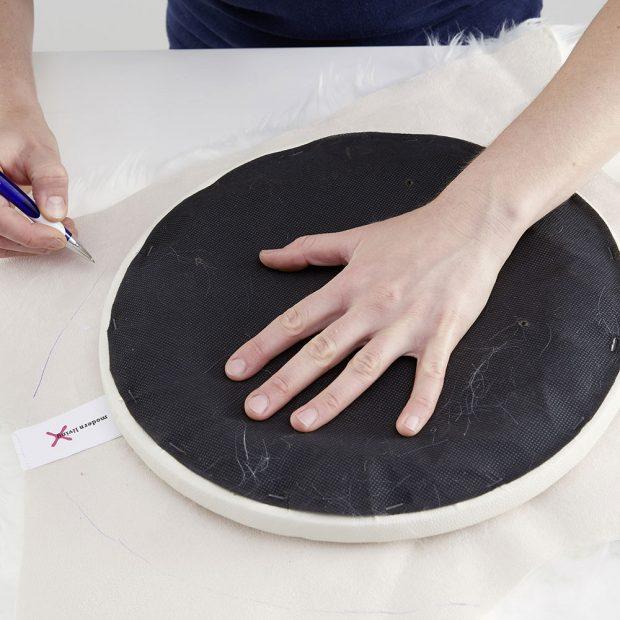 Kožešinu otočíme naruby, přiložíme sedadlo a obkreslíme ho na kůži. foto MÖBELIX