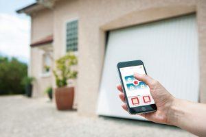 Aplikace Somfy Connexoon umožní ovládat přístup kdomu odkudkoli. Jedním kliknutím lze ovládat ialarm aodkudkoliv ověřit, že je doma vše vpořádku. www.somfy.cz