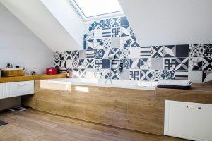V koupelně je opět použitý kontrastní obklad ve stylu patchwork. FOTO finalfin
