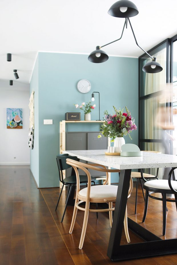 Velký jídelní stůl je dominantním kusem nábytku, který si přirozeně žádá originalitu. Tu získal díky kombinaci terazzové desky akovové podnože. Spolu snimi však získal ivyšší hmotnost, se kterou je nutné počítat. FOTO LUCIA HÔ-CHI