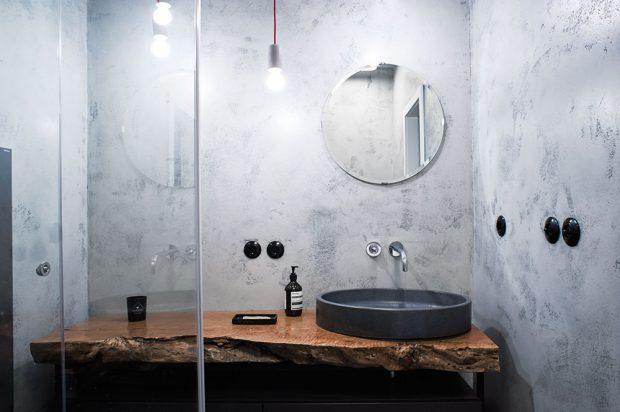 Vbytě jsou dvě naprosto odlišně pojaté koupelny. Vjedné je použita betonové stěrka aumyvadlová deska zvýrazného kusu exotického dřeva... FOTO ZDENĚK BUCHLÁK