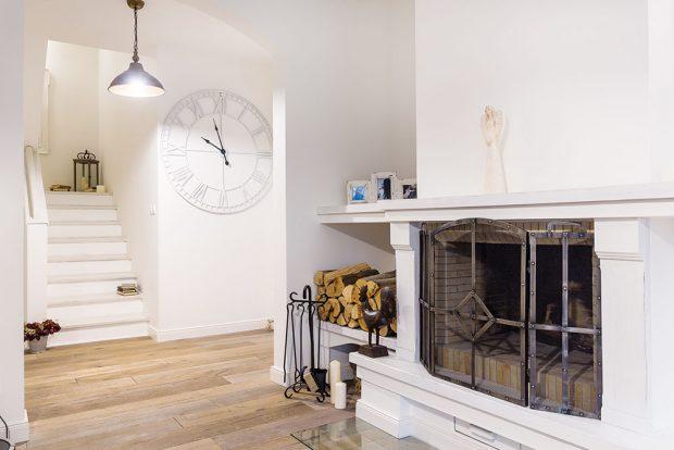 Dřevěná podlaha položená téměř vcelém domě působí teple apříjemně na dotek. Dřevěné schody, držadla ajiné doplňky vyrobil zase šikovný truhlář na míru. FOTO MIRO POCHYBA