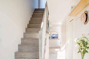 Chodba se schodištěm je díky původním i novým oknům plná světla a působí vzdušně. FOTO finalfin