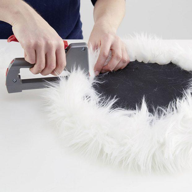 Sešívačkou připevníme kožešinu na sedadlo. Můžete použít hřebíky či připínáčky. foto MÖBELIX