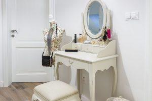 Anglický styl bydlení charakterizují různé staře působící dekorace, přírodní materiály asvětlá barevnost. Stěny, dveře azárubně vcelém domě jsou bílé anechají tak vyniknout originální solitéry. FOTO MIRO POCHYBA