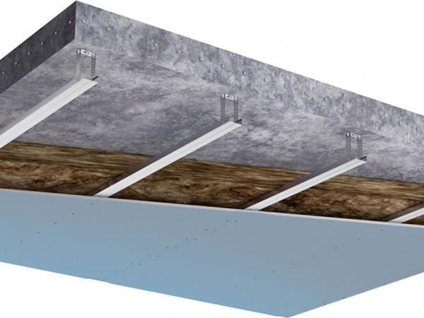 Železobetonové stropy je pro zvýšený komfort dobré doplnit sádrokartonovými podhledy s minimální tloušťkou 10cm. Pro optimální výsledek je žádoucí použít modrou sádrokartonou desku Knauf Diamant s vynikající zvukověizolační schopností. FOTO KNAUF PRAHA