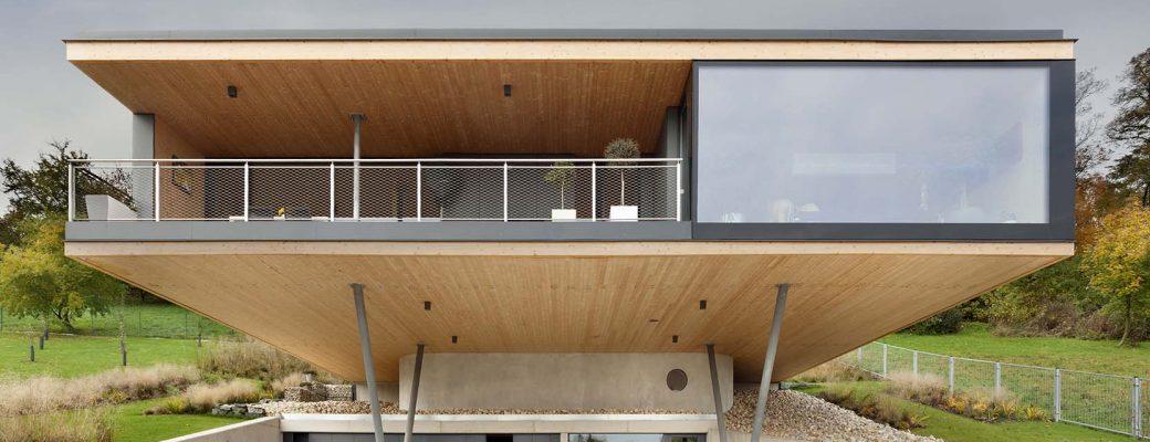 Minimalistický dům, který v prudkém svahu levituje nad krajinou