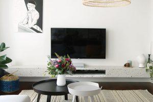 Vterazzové polici pod televizorem je skryta kovová nosná konstrukce ukotvená ve zdi. Terazzo je totiž těžký akřehký materiál, takže práce sním není jednoduchá avždy potřebuje solidní oporu. FOTO LUCIA HÔ-CHI