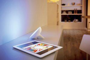 Philips Hue White + Color ambiance stolní LED stmívatelné apřenositelné osvětlení je kompatibilní se Smart Home Hornbach. Cena 2199 Kč. www.hornbach.cz