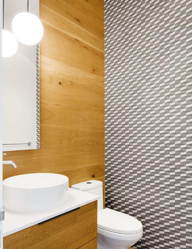 Vkoupelně zvolila designérka pro obklad stěn kombinaci přírodního dřeva adlažby svýrazným dekorem. FOTO ADRIEN WILLIAMS