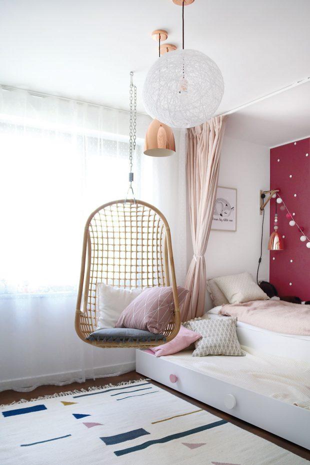 """Vdívčím pokoji doplňuje bílý nábytek tmavorůžová barva dominantní stěny za postelí. Na posteli se zásuvkou je dost místa ipro kamarádku, něžné """"pavučinkové lampy"""" anoční lampu vyrobily Lucie. FOTO LUCIA HÔ-CHI"""