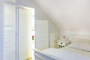 Prostor ložnice je rozdělen na spací ašatní část, vníž se po otevření dveří rozsvítí světlo. Když je vložnici zhasnuto, nasvícená šatna jí dodává příjemnou intimní atmosféru. FOTO MIRO POCHYBA