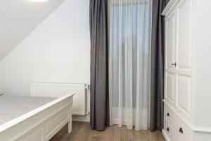 Vložnicích pro hosty jsou kromě manželských postelí ivelké bílé skříně zmasivu, které prostor zbytečně opticky nezatěžují aposkytují dostatek úložného prostoru. FOTO MIRO POCHYBA