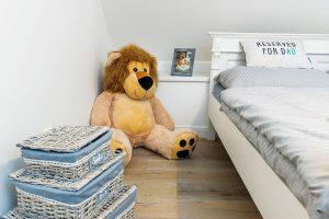 Vpokoji malé slečny je kromě velké postele sveselými polštáři jen oblíbený plyšový lev aněkolik dekorací. Hračky aostatní vybavení, které patří do dětského světa, sídlí dole vherně. FOTO MIRO POCHYBA