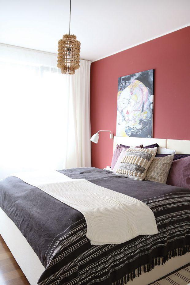 Tmavobordový odstín stěny za postelí navodil vložnici klidnou atmosféru. FOTO LUCIA HÔ-CHI