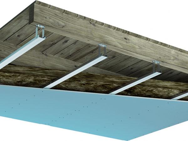 U dřevěných stropů je dodatečná izolace pomocí podhledů téměř nutností. Opět se doporučuje sáhnout po sádrokartonové desce Knauf Diamant, případně po mimořádně dobře izolující hnědé sádrokartonové desce Knauf Silentboard. FOTO KNAUF PRAHA